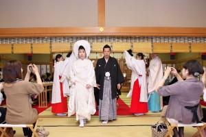 34504721d5089 学さん&佳代ちゃんの白山比咩神社さん挙式に和田屋さん組先輩の悠里ちゃんがいっちばん右でカメラかまえていらっしゃいます。